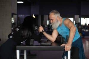 Fitte oude man dankzij eiwitten consumeren