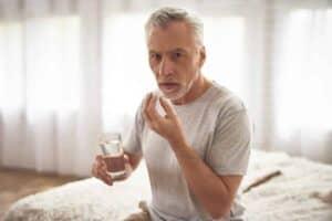 Oude man gebruikt essentieel aminozuur Isoleucine