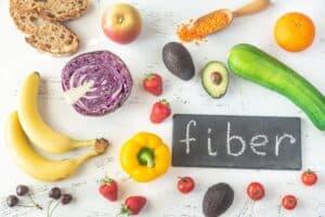 Vezelrijke voeding eten resulteert in gezondheidsvoordelen